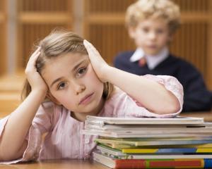 Manualele scolare ar putea fi realizate de acum de Ministerul Educatiei