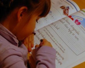 Ministrul Educatiei a cerut retiparirea vechilor manuale pentru clasa I si a II-a. De ce nu mai primesc elevii manuale digitale