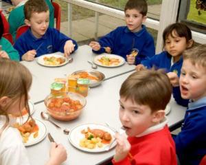 Premierul anunta lansarea programului pentru o masa calda in scoli