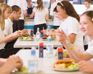 Din toamna, toti elevii primesc o masa calda gratuita zilnic