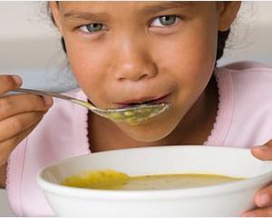 Elevii ar putea primi gratuit o masa calda la scoala, in loc de corn si lapte