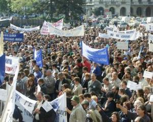 Peste 10.000 de dascali au iesit in strada si au blocat traficul in Capitala