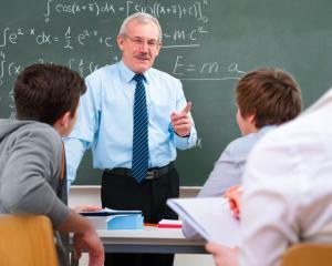 Profesorii cu grad I si vechime 25 de ani beneficiaza de reducerea normei de munca. Guvernul intentioneaza sa reduca si varsta de pensionare