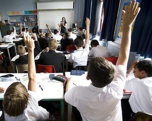 Sistemul de invatamant romanesc sufera din cauza numarului mare de ore sau al organizarii programei scolare?