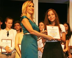 Elevii cu media 10 la Bac si Evaluare Nationala au fost premiati de PMB