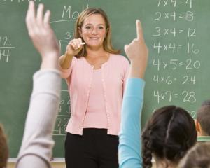Bani in plus pentru profesori: se vor plati orele suplimentare pentru profesorii cu peste 25 de ani vechime din invatamantul preuniversitar