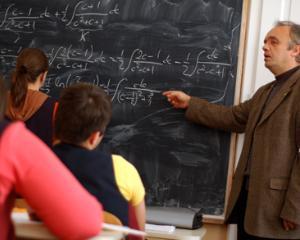 Profesorii pensionati revin la catedra din pasiune