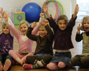 Peste 200 de copii au absolvit cu succes un program international de limba engleza