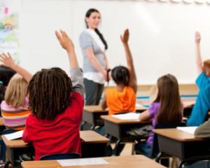 Programa scolara noua predata dupa manuale vechi: cum se descurca invatatorii