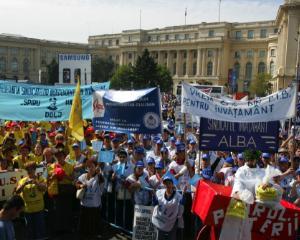 Peste 8.000 de profesori protesteaza in fata Palatului Victoria si cer salarii mai mari