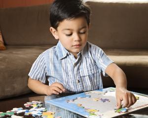 """Surpriza uriasa pentru elevii unei scoli gimnaziale: au primit la scoala puzzle-uri de cuvinte inspirate din """"Fifty Shades of Grey"""""""