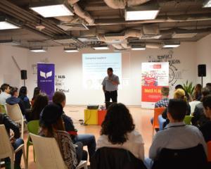 """Elevi din 6 orase din Romania participa la """"Raftul cu experiente"""", un program interactiv de dezvoltare profesionala"""