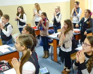 STUDIU: Unul din doi romani vrea religia materie obligatorie in scoli