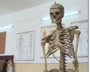 Scoala din Romania in care elevii invata anatomie pe scheletul fostului director