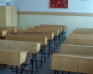 Scoala in care tavanul poate sa cada oricand peste elevi. Sfatul profesorilor: Ascundeti-va sub banci