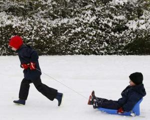 Sfaturi pentru parinti: atentie cum imbracati copiii cand ies sa se joace in zapada