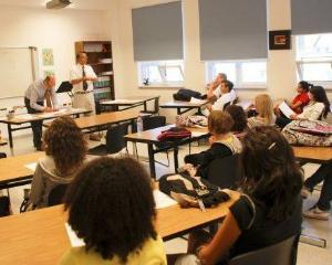 Elevii romani prefera scolile private