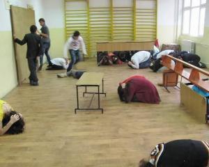 Elevii invata cum sa iasa din scoli in siguranta in caz de cutremur