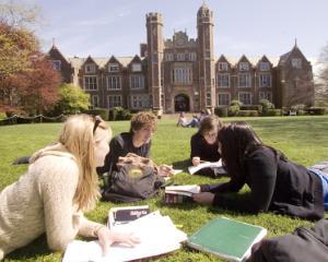 Absolventii de liceu pot studia gratuit in Marea Britanie pentru obtinerea calificarii profesionale