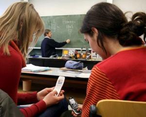Ce solutie au gasit profesorii pentru a se asigura ca elevii nu mai folosesc telefoanele in timpul orelor