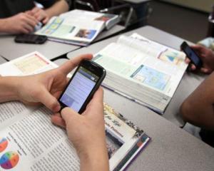 Interzicerea telefoanelor inteligente poate imbunatati rezultatele scolare