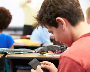 Telefoanele mobile vor fi interzise in scoli! Cum vrea ministrul Educatiei sa puna in aplicare masura