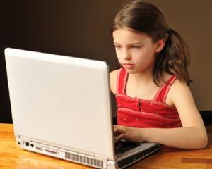 Despre avantajele si dezavantajele scrisului si cititului pe tableta sau pe foaia de hartie. Cum prefera astazi elevii sa isi faca temele