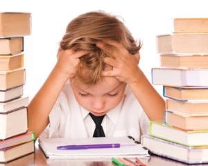 STUDIU: Prea multe teme pe zi duc la performante scolare slabe