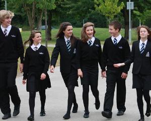 Scandalul uniformelor scolare continua. Scolile nu au dreptul de a-i trimite acasa pe elevii care nu poarta uniforma