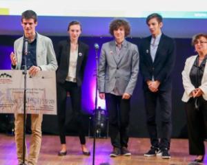 """Un licean roman a castigat Alumni Leadership Award in finala europeana """"Compania anului 2015"""" de la Berlin"""