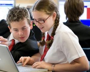 Un ghid despre siguranta utilizarii internetului de catre elevi va fi distribuit in scoli